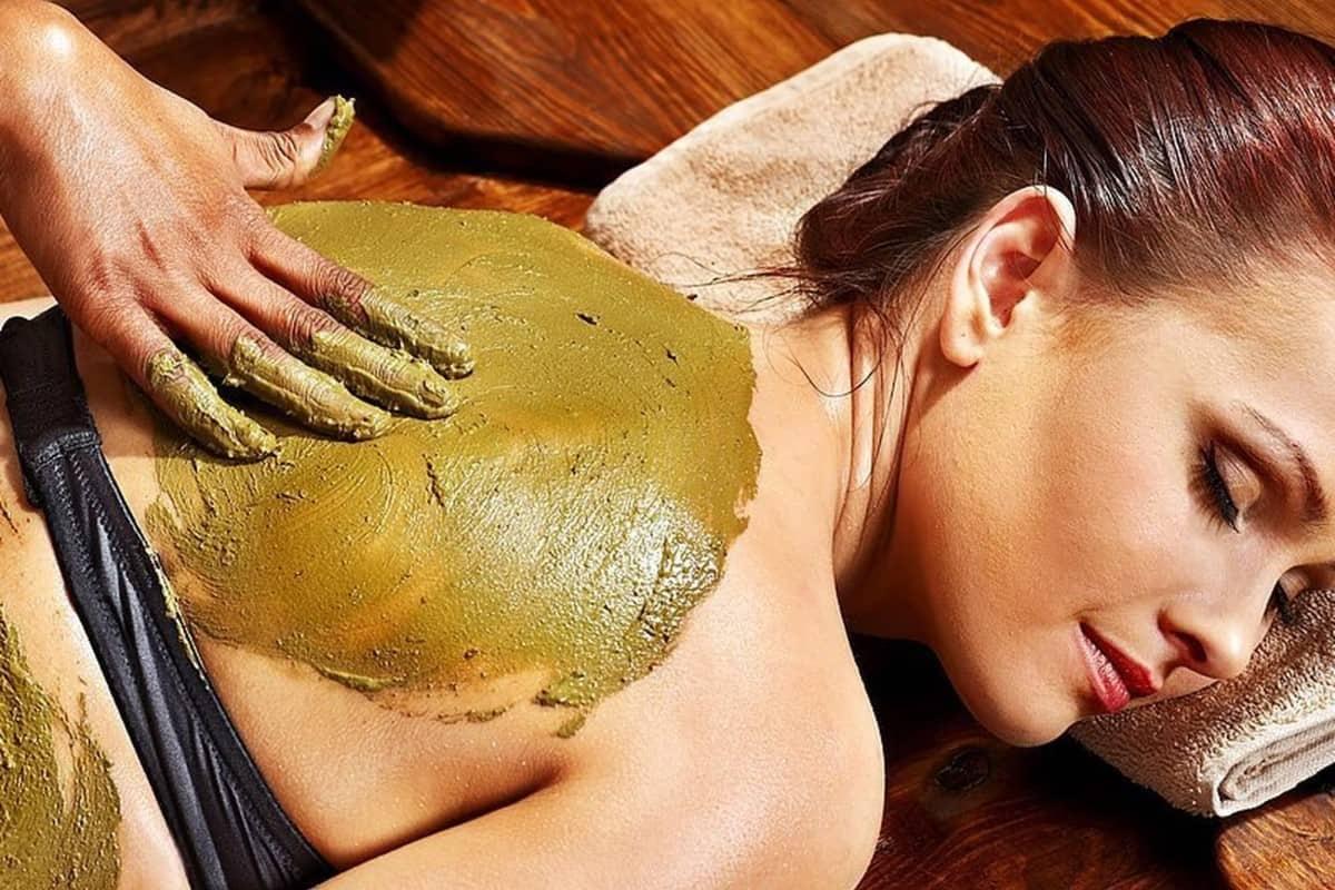 Maser na brodu, daje tretman devojci sa zelenom pastom.