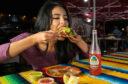 Devojka jede tortilje u meksickom kaficu.