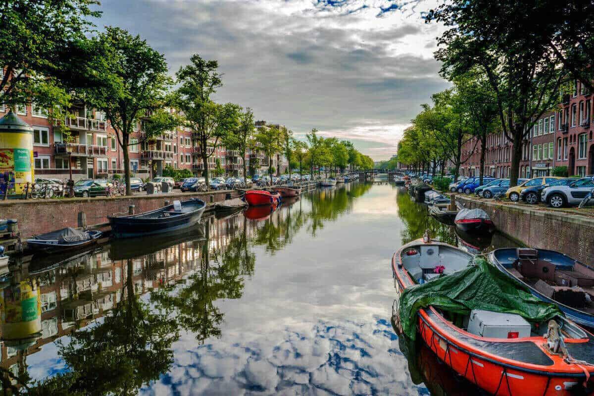 Kanal u Amsterdamu sa brodicima.