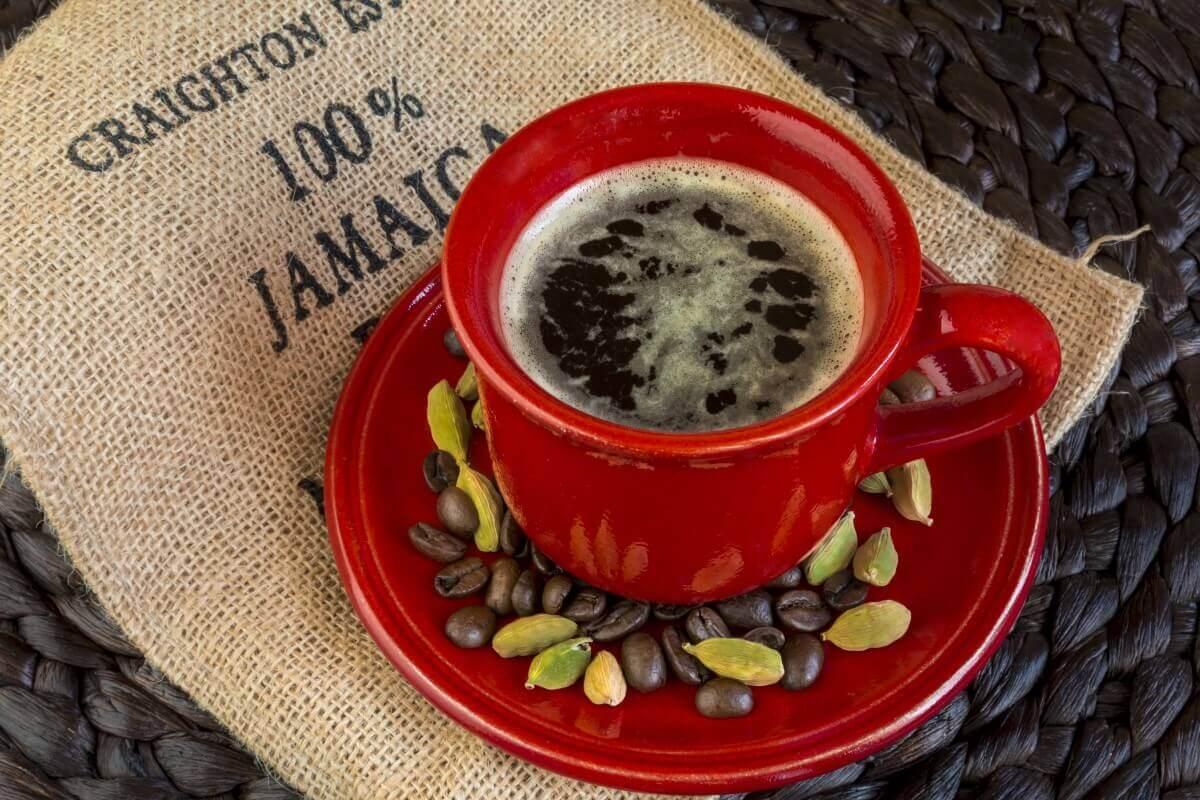 Crvena vruca soljica kafe. Karibi.