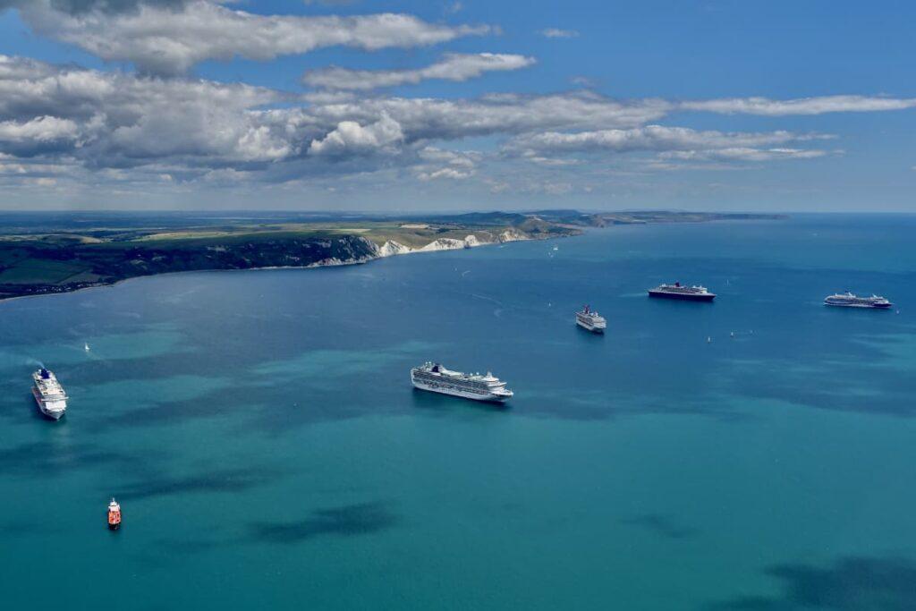 Rad na brodu 2021 i parkirani kruzeri na okeanu